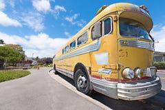 守旧派公共汽车停放在路一边 图库摄影