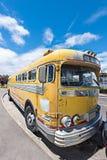 守旧派公共汽车停放在路一边 免版税库存照片