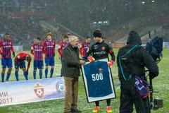 守门员伊戈尔・阿金费耶夫35接受500次比赛的一个名誉数字在CSKA队 免版税库存图片
