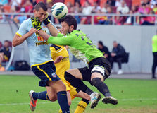 守门员击中的足球运动员 免版税库存图片