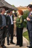 安东尼奥・班德拉斯和梅拉尼・格里菲思在慈善参观期间 免版税库存图片