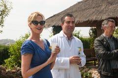 安东尼奥・班德拉斯和梅拉尼・格里菲思在慈善参观期间 图库摄影