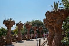 安东尼Gaudi杰作在Guell公园吸引许多游人 免版税库存照片