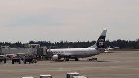 安克雷奇,阿拉斯加-大约2013年 容器和飞机在安克雷奇机场 股票录像