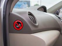 安全儿童气袋的红色小心标志在汽车 免版税库存照片