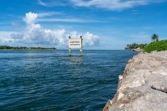 安全划船标志 免版税库存照片