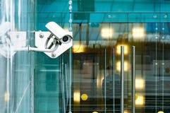安全在入口的监视系统对一座现代办公楼 录影监视两台照相机  免版税库存照片