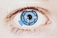 安全在强烈的蓝色肉眼的虹膜扫描器 免版税库存图片