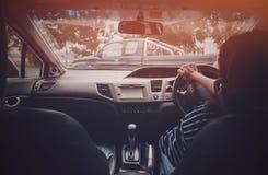 安全地驾驶汽车的照片亚裔妇女 免版税库存图片