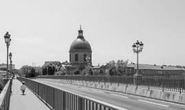 安全地骑单独自行车的小孩子的黑白图象在一座风景欧洲桥梁 库存图片