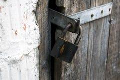 安全存贮的老挂锁 库存图片