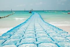 安全小船的停泊和分界选定的蓝色海浮体 免版税库存图片