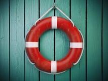 安全带或抢救圆环在木墙壁上 救世,保护 免版税库存图片