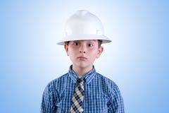 安全帽和领带的令人想往的年轻工程师 免版税库存照片