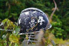 安全帽在森林里 库存图片