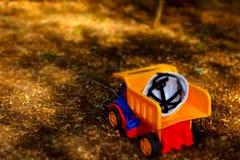 安全帽在玩具大型垃圾桶卡车背面 图库摄影