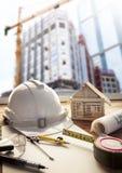 安全帽方案计划和建筑器材在曲拱 库存照片