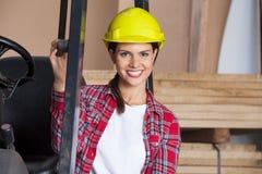 安全帽的女性建筑师Forktruck 图库摄影