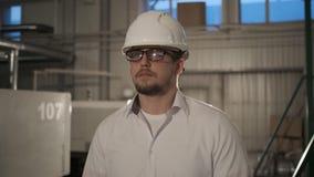 安全帽的工程师通过有片剂计算机的一家重工业工厂移动 E 影视素材