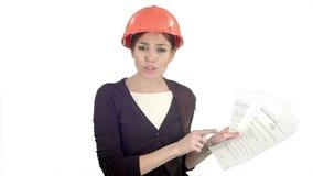 安全帽的恼怒的女性工程师有文件的呼喊和指向手指的入在白色背景的照相机 影视素材