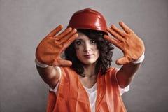 安全帽陈列停车牌的性感的女孩 库存图片