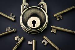 安全或秘密保护概念,葡萄酒黄铜挂锁sur 库存照片