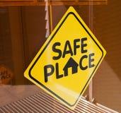 安全的地方标志 免版税库存照片