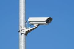 安全监控相机和都市录影在杆蓝天 免版税库存图片