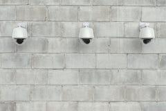 安全监控相机或cctv照相机在墙壁上 库存图片