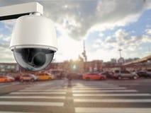 安全监控相机或cctv照相机有都市风景背景 库存照片