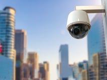 安全监控相机或cctv照相机有都市风景背景 免版税库存图片