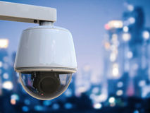 安全监控相机或cctv照相机有都市风景背景 免版税库存照片