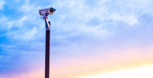 安全监控相机日落 免版税库存照片