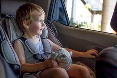 安全矿车位子的可爱的男婴 免版税库存图片