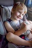 安全矿车位子的可爱的男婴 图库摄影