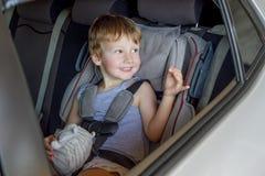 安全矿车位子的可爱的男婴 库存图片