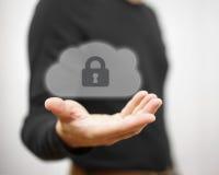 安全网上文件和遥远的信息 举行锁着的c的人 库存照片