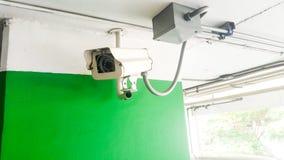 安全设备概念 特写镜头CCTV照相机监视在停车场 CCTV在汽车停车处的照相机监视 免版税库存照片