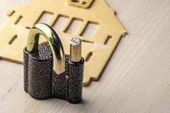 安全铁打破的打破的挂锁  免版税库存照片