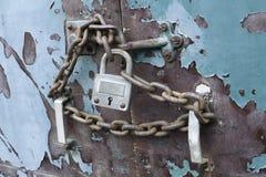 安全链子接近的门锁定锁着的保密性 库存照片
