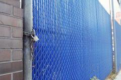安全门巩固与重的挂锁 免版税库存图片