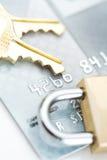 安全:锁和钥匙在信用卡 图库摄影