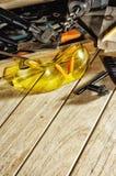 安全玻璃和工具在工作凳 图库摄影