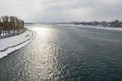 安加拉堤防在伊尔库次克在早期的春天,当天气是多云的时 免版税库存图片
