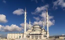 安卡拉土耳其kocatepe清真寺与天空蔚蓝和云彩的风景视图 图库摄影