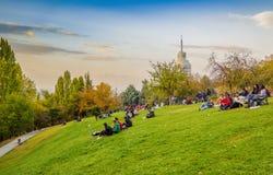 安卡拉/土耳其- 2018年10月13日:与人们享用天和喜来登酒店的Segmenler公园的安卡拉风景 免版税库存照片