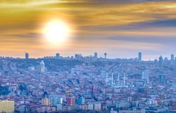 安卡拉/土耳其2月02日2019年:从安卡拉城堡的都市风景视图在日落 免版税库存照片