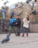 安卡拉/土耳其3月3日2018年:哺养鸽子和enjoyin的孩子 免版税库存图片