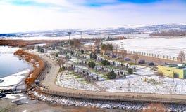 安卡拉/土耳其1月01日2019年:湖Mogan和许多烤肉在湖附近在冬天,安卡拉,土耳其 免版税库存图片
