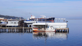安吉利斯港,华盛顿美国- 2014年10月:有一艘渔船和巨大的油船的码头 库存照片